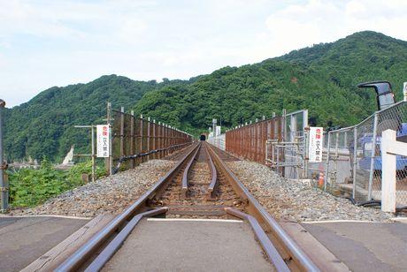 踏切から鉄橋を臨む