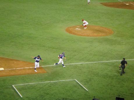 3塁ベースを回る多幡とガックリのトヨタ佐伯投手